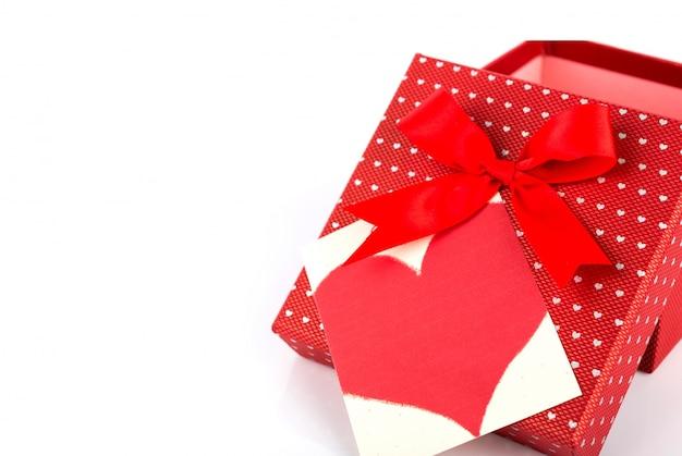 Caja de regalo de san valentín roja y la etiqueta