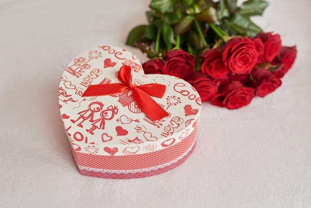 Caja de regalo de san valentín y rosas rojas