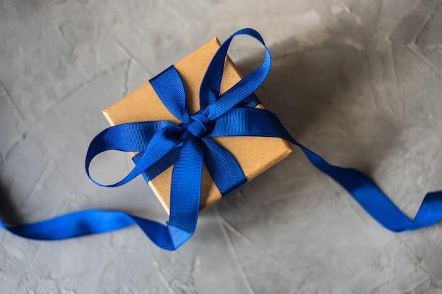 Caja de regalo sobre concreto