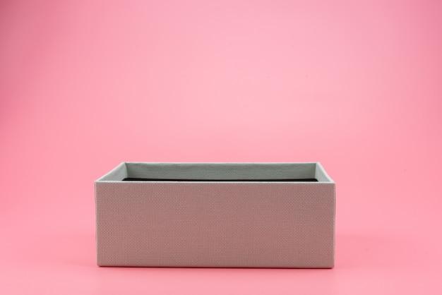 Caja de regalo sobre un fondo azul.