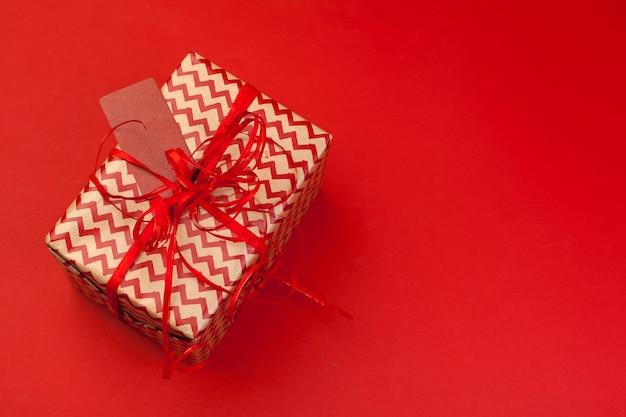 Caja de regalo sobre fondo de color