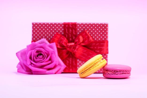 Caja de regalo sobre un fondo rosa
