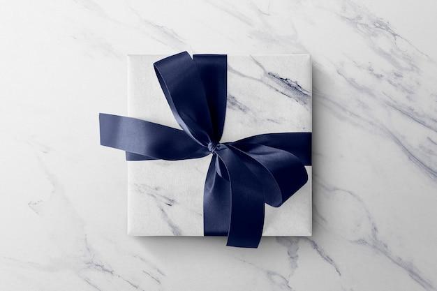 Caja de regalo sobre una mesa de mármol