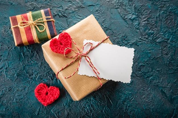 Caja de regalo, tarjeta de felicitación y corazones de entrepierna