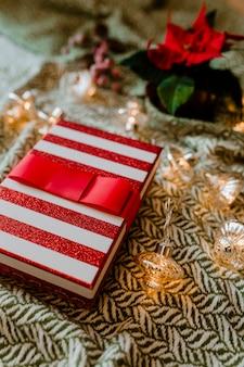 Caja de regalo temática navideña con una flor de pascua.