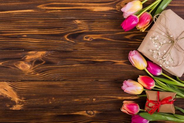 Caja de regalo con tulipanes.
