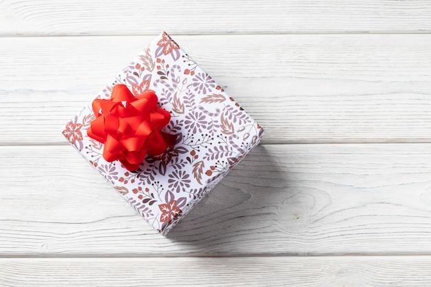 Caja de regalo de vacaciones. con adornos navideños