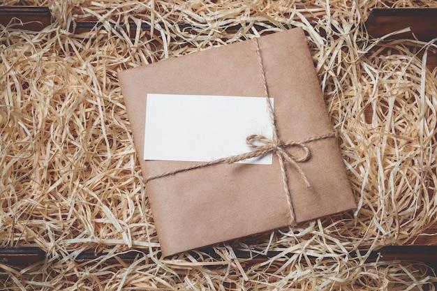 Caja de regalo vintage con etiqueta en blanco