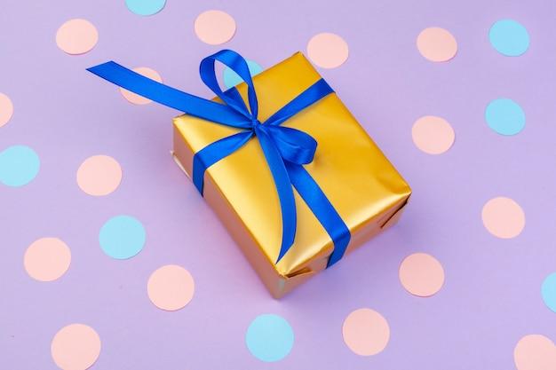 Caja de regalo en la vista superior de fondo de color