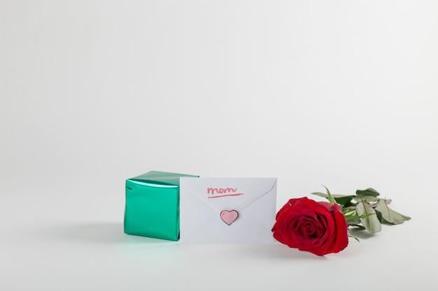 Caja de regalos, sobre y rosa