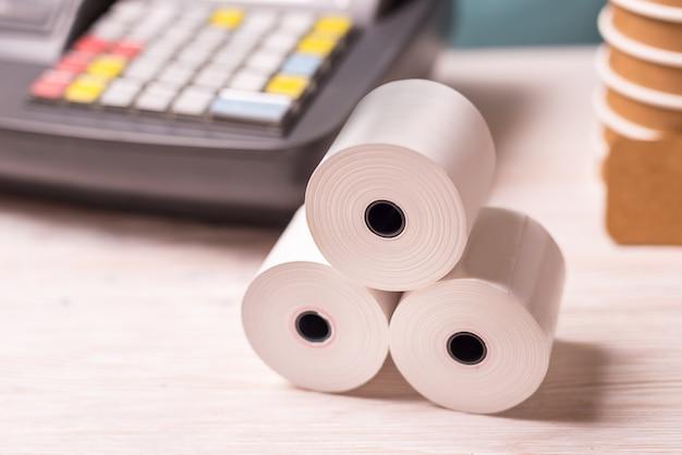 Caja registradora y rollos de papel