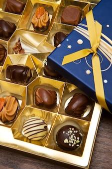 Caja rellena de chocolates.