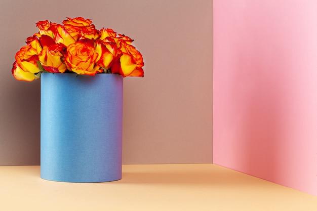 Caja de sombreros con hermoso ramo de rosas