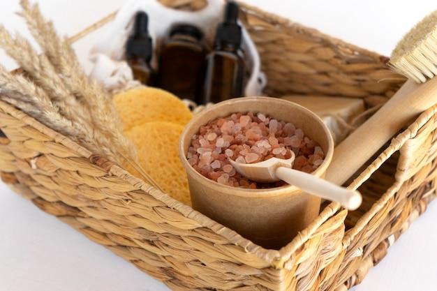 Una caja de spa de regalo con aceites esenciales, suero natural, jabón, esponjas y sal de spa rosa del himalaya.