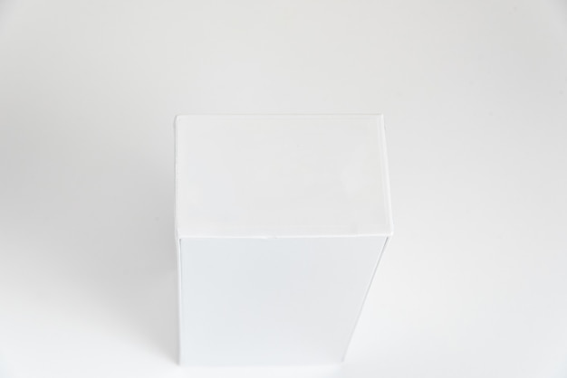 Caja de teléfono celular blanca en el fondo