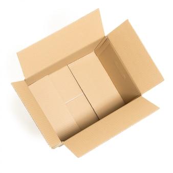 Caja vacía y abierta en el blanco