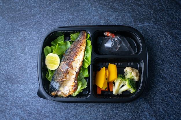 Cajas de alimentos saludables para entregar a los clientes que ordenan alimentos en línea
