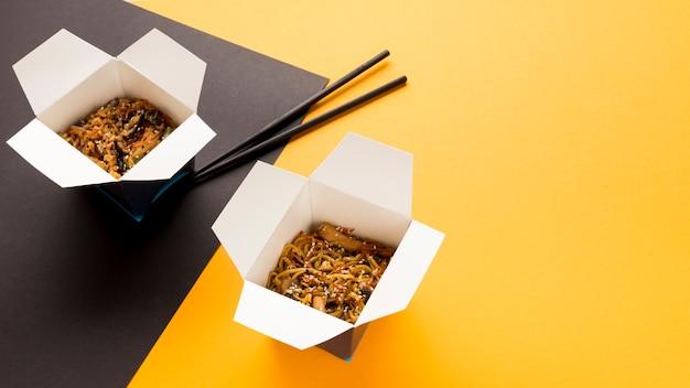 Cajas de alta vista de comida asiática