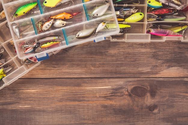 Cajas de aparejos de pesca sobre fondo de madera