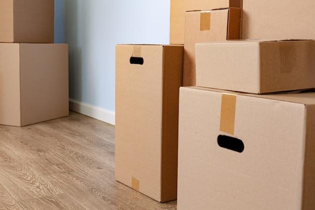 Cajas de cartón apiladas en una habitación
