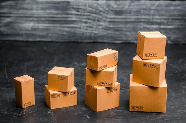 Las cajas de cartón se apilan incrementalmente. el concepto de embalaje de mercancías.