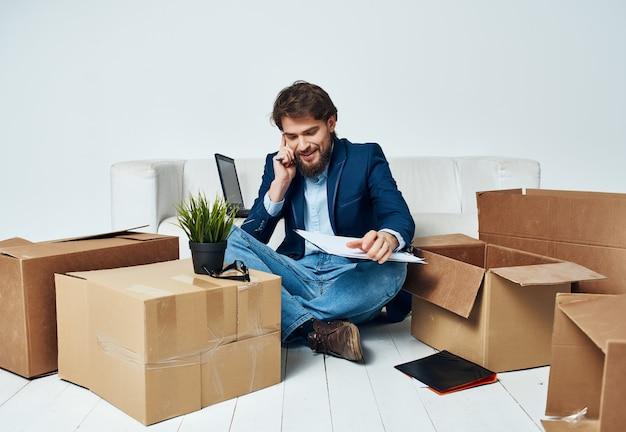 Cajas de cartón de oficina de gerente de trabajo con cosas de embalaje en movimiento
