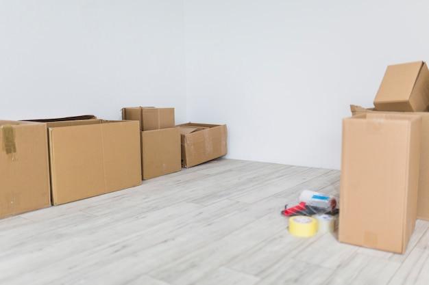 Cajas de cartón en piso nuevo