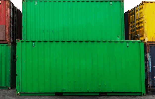 Cajas de contenedores apiladas en verde