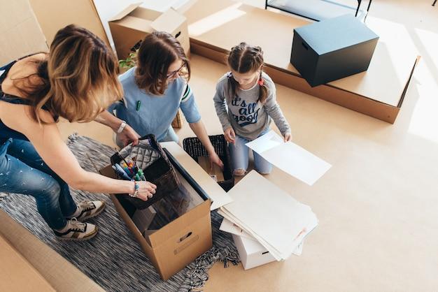 Cajas de embalaje familiares en casa nueva el día de la mudanza.