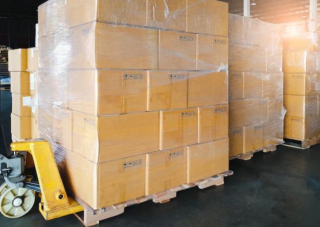 Cajas de envío de carga. fabricación y almacenamiento.