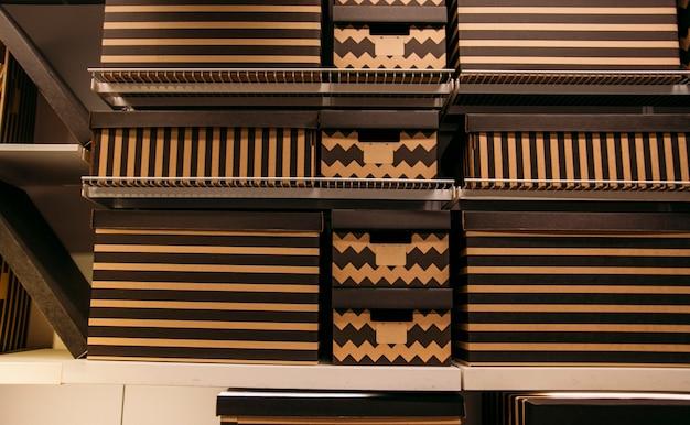 Cajas para guardar cosas en casa en los estantes