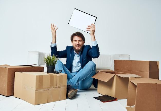 Cajas de hombre de negocios con trabajo de mudanza de oficina de cosas