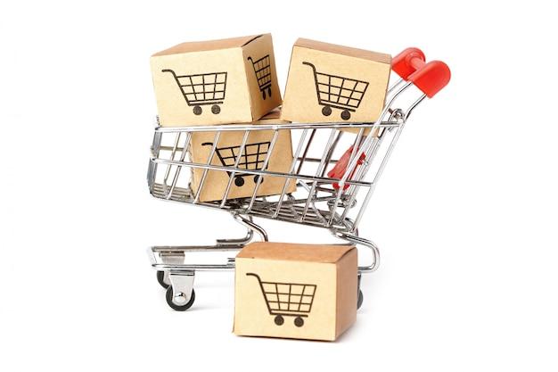 Cajas con logotipo de carrito de compras sobre fondo blanco.