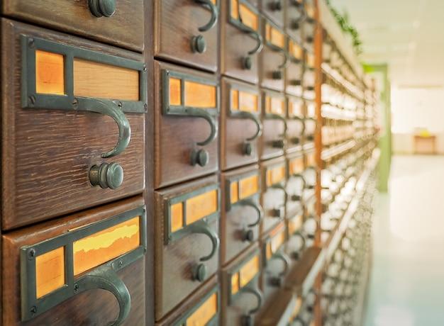 Cajas de madera para fichas en la biblioteca