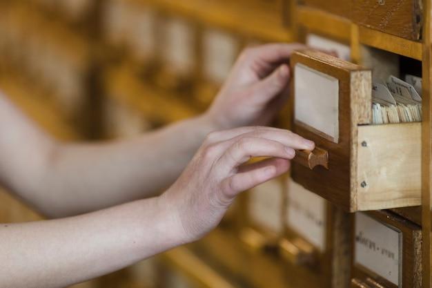 Cajas de madera en librería