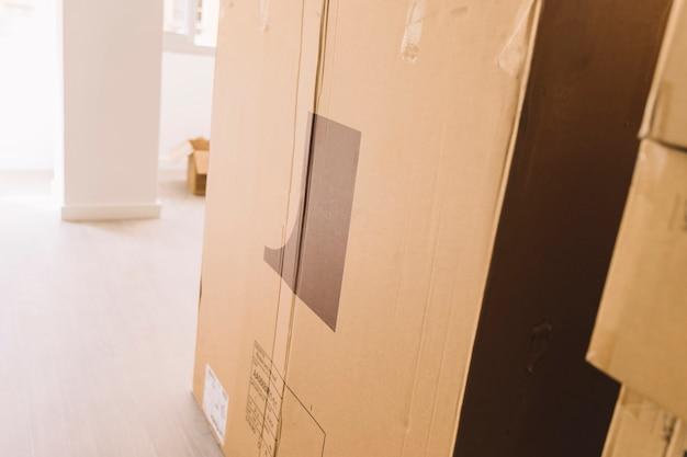 Cajas de mudanza en habitación vacía
