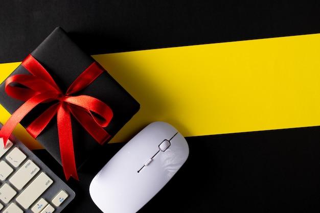 Cajas de navidad negras sobre amarillo