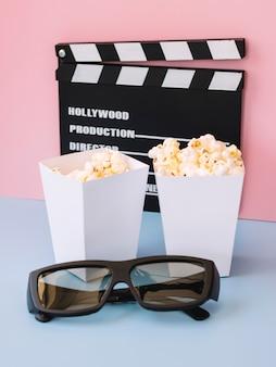 Cajas de palomitas de maíz con claqueta de cine