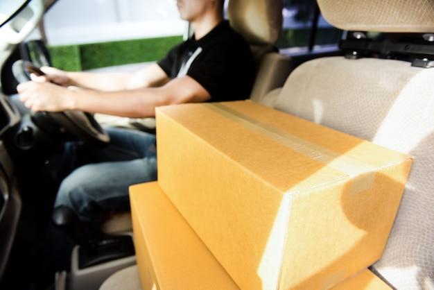 Cajas de paquetería en coche de entrega junto al conductor