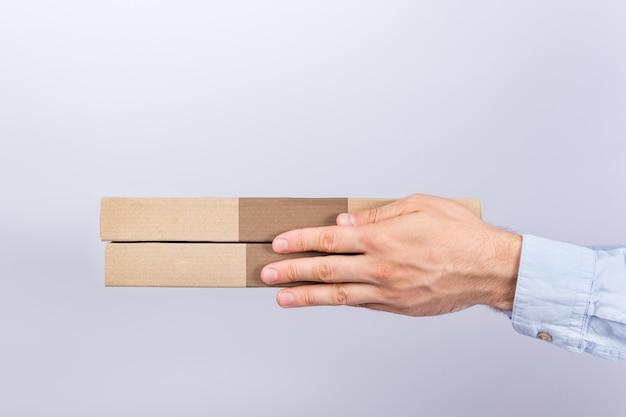 Cajas de pizza en manos masculinas