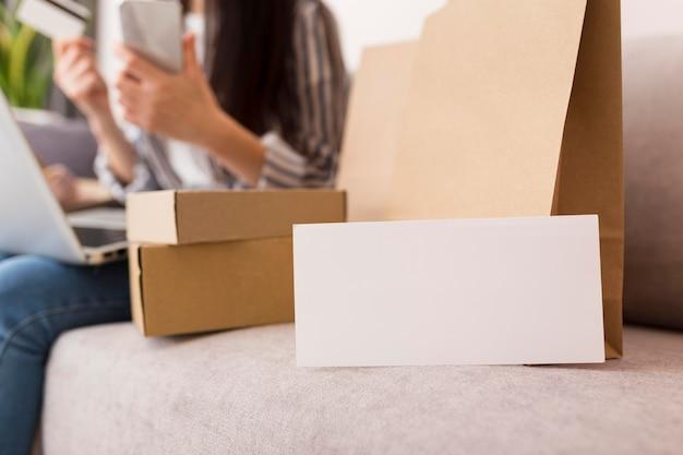 Cajas de rebajas de cyber monday con tarjeta blanca