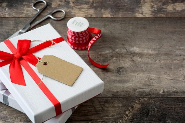 Cajas de regalo blancas en mesa de madera