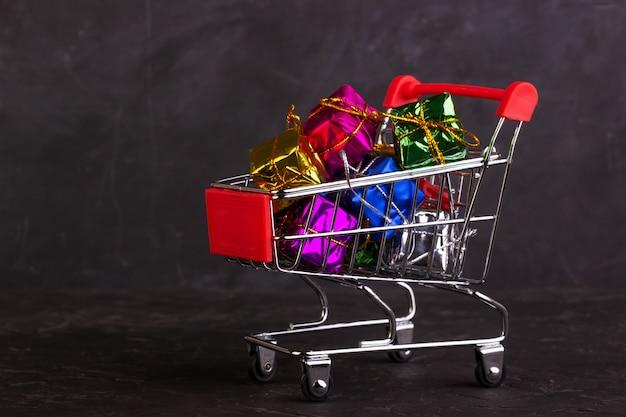 Cajas de regalo en un carrito de la compra.