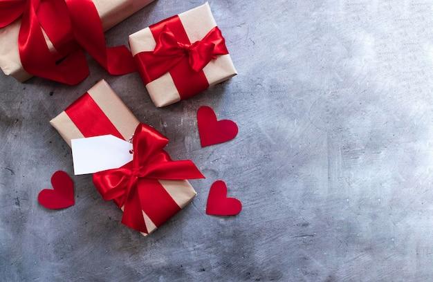 Cajas de regalo con cinta roja, etiqueta y corazones