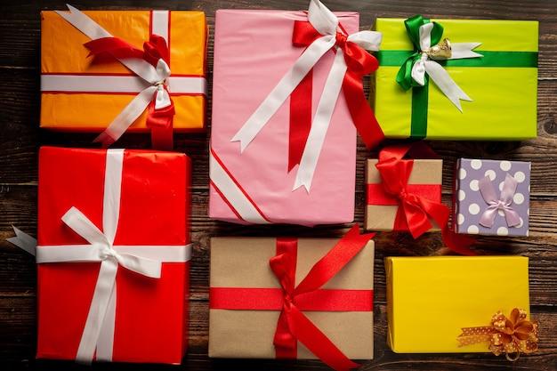 Cajas de regalo colocadas en el piso de madera