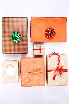 Cajas de regalo coloridas con bastón de caramelo