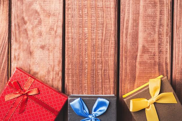 Cajas de regalo coloridas sobre fondo de madera oscura