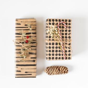 Cajas de regalo con cono en mesa