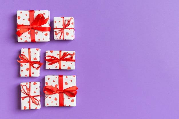 Cajas de regalo con corazones rojos con espacio vacío para su diseño. vista superior del concepto de san valentín