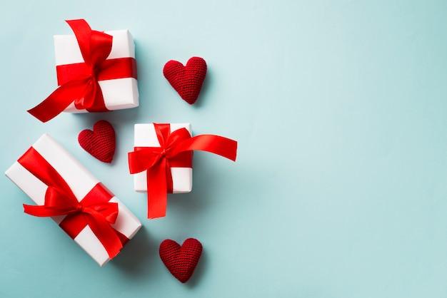 Cajas de regalo y corazones tejidos